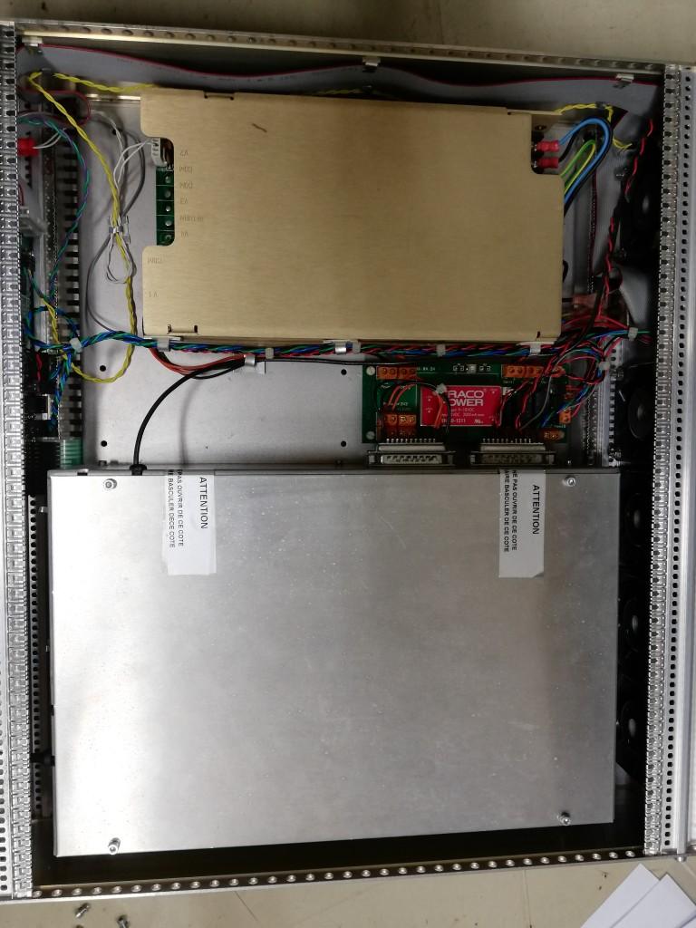 筐体をオープンしました。写真上部が電源、下部の銀色のボックスにはファイバ部品、Pump LD、制御回路の一部が収まっています。