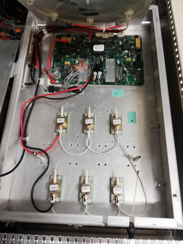 さらに分解すると Pump LD が4台お目見え。写真上部の制御回路部分には14 Pin Pump LD を設置する場所もあるようです。複数のモデルで基板を同一にしているのですね。