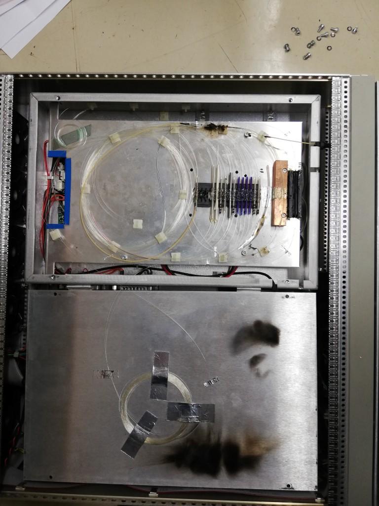 銀色のボックスの上部にはパッシブ部品が設置されていました。写真上部に焼け跡が見られます。